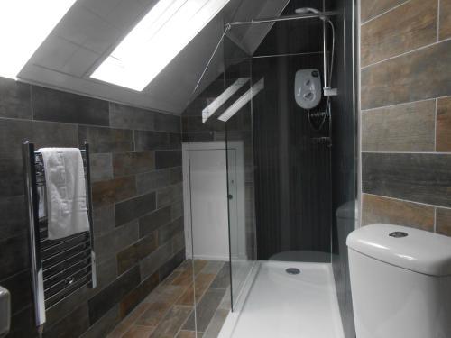 A bathroom at Rockville Hotel