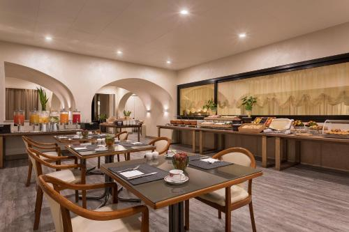 A restaurant or other place to eat at Four Points by Sheraton Padova
