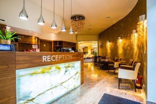 Lobby alebo recepcia v ubytovaní WELLNESS HOTEL LÖWE