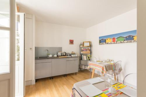 A kitchen or kitchenette at Les Versaillaises B&B