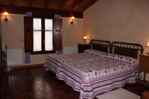 A bed or beds in a room at Casa Rural El Meson