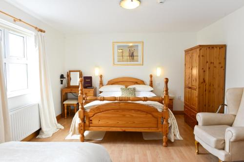 A bed or beds in a room at Brooke Lodge Guesthouse