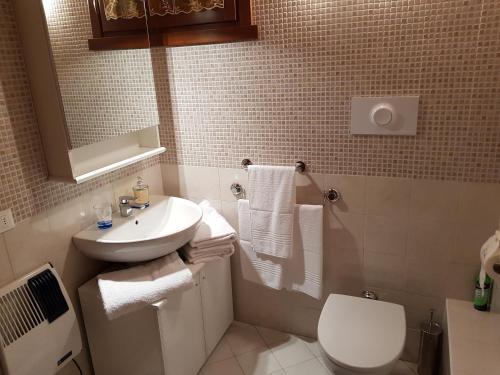 A bathroom at SCI AI PIEDI,PASSEGGIATE,MOUNTAIN BIKE,RELAX