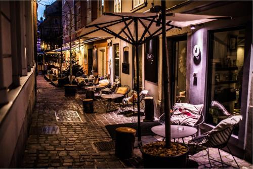 Ein Restaurant oder anderes Speiselokal in der Unterkunft Vander Urbani Resort - a Member of Design Hotels