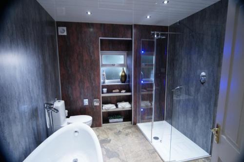 A bathroom at Abbotsford Lodge