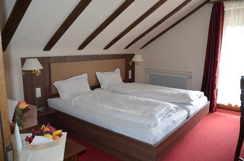Ein Bett oder Betten in einem Zimmer der Unterkunft Hotel Hohenried Im Rosengarten