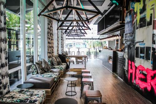 A restaurant or other place to eat at Mojo Nomad Aberdeen Harbour by Ovolo