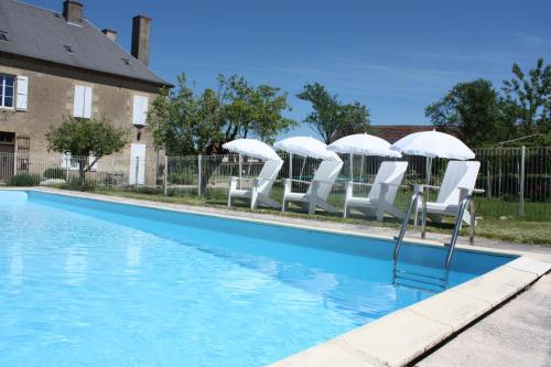 The swimming pool at or near Gîte Donjon