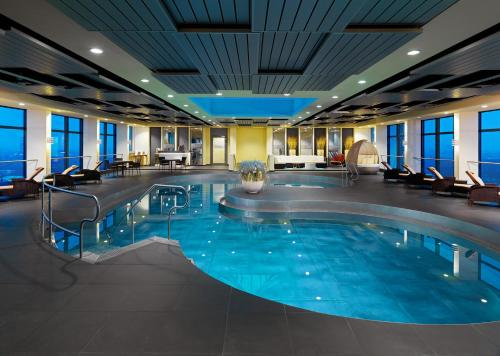 The swimming pool at or close to Sheraton München Arabellapark Hotel