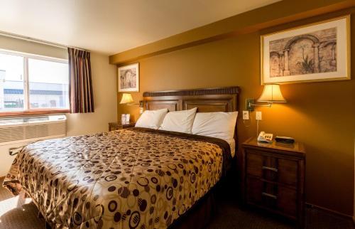 Кровать или кровати в номере Bay City Motor Inn