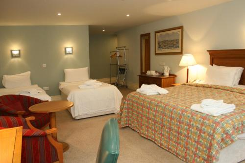 A bed or beds in a room at Hotel Cymyran