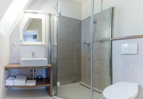 A bathroom at Aurora Vendégház