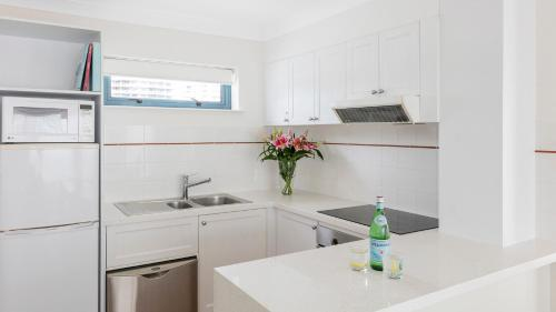 A kitchen or kitchenette at Oaks Gold Coast Calypso Plaza Suites