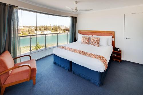 A bed or beds in a room at Seashells Mandurah