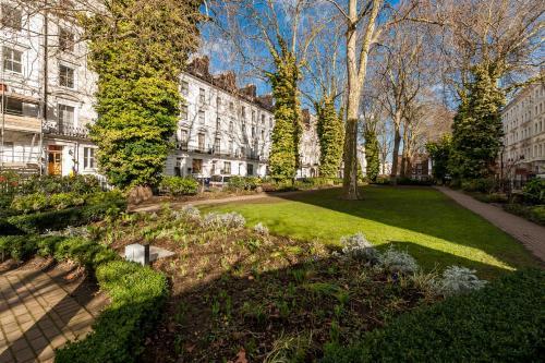 A garden outside 12 London Street Apartments