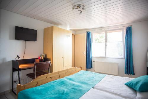 Ein Bett oder Betten in einem Zimmer der Unterkunft Hôtel-Gîte rural à 3 km de Delémont