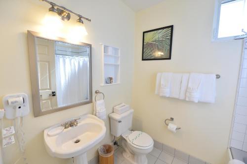A bathroom at Crown City Inn Coronado