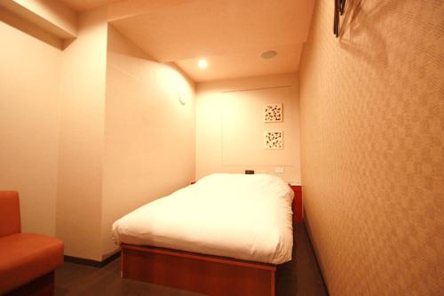 A bed or beds in a room at Hills Hotel Gotanda