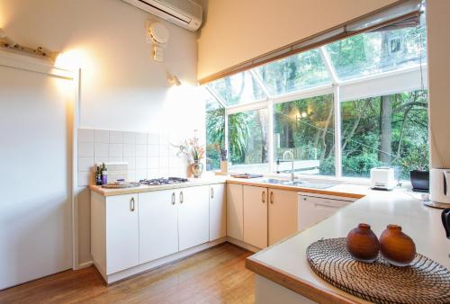 A kitchen or kitchenette at Tree Top Stay