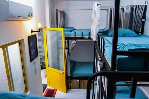 Giường tầng trong phòng chung tại Halo Hostel