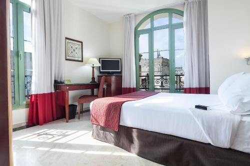 Een bed of bedden in een kamer bij Exe Laietana Palace