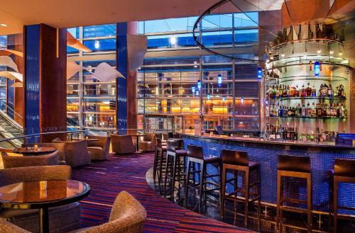 O lounge ou bar de Hilton Baltimore Inner Harbor