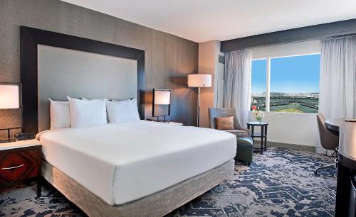 Cama ou camas em um quarto em Hilton Baltimore Inner Harbor