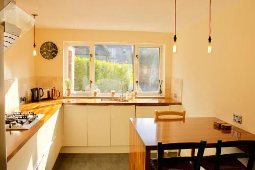 A kitchen or kitchenette at 3 Bedroom House Near the City Centre
