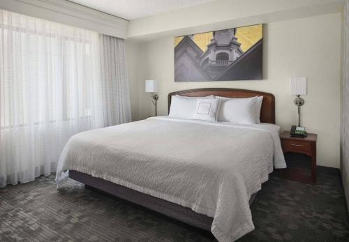 A bed or beds in a room at Courtyard Princeton