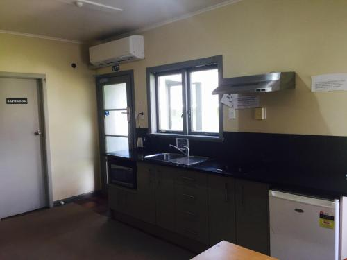 A kitchen or kitchenette at Kiwi Airport Backpackers