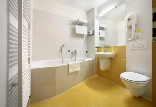 A bathroom at Hotel Mlýn
