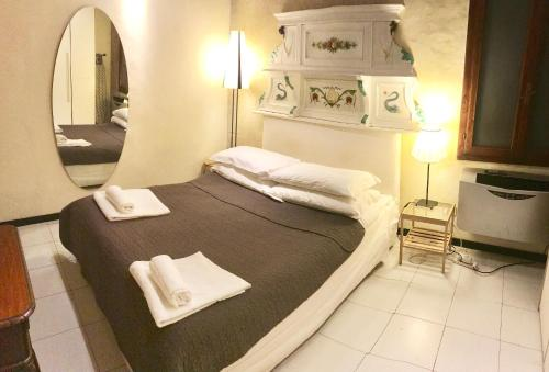 A bed or beds in a room at Residenza Novella & Giotto - Visitaflorencia