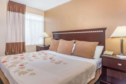 A bed or beds in a room at Hawthorn Suites by Wyndham Chandler