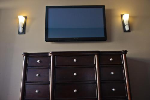 A television and/or entertainment centre at 121 Steakhouse & Motel