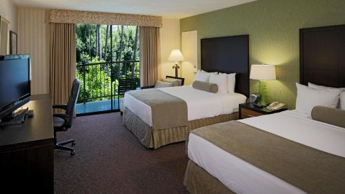 A bed or beds in a room at Crowne Plaza Hotel Mission Valley