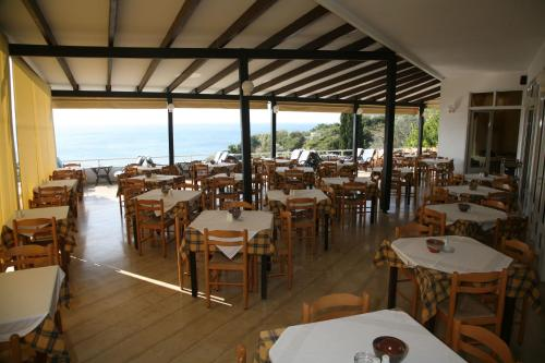 A restaurant or other place to eat at Hotel Glicorisa Beach