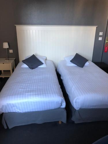 A bed or beds in a room at Hôtel Restaurant du Nord