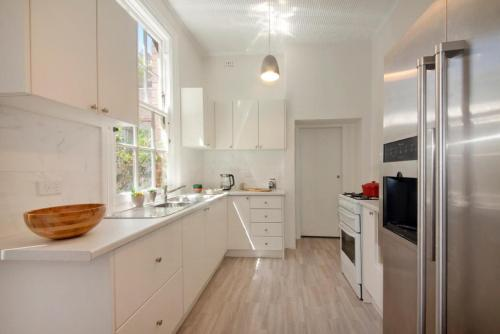 A kitchen or kitchenette at FUN TIMES in HUGE house 1 minute to SYDNEY HARBOUR