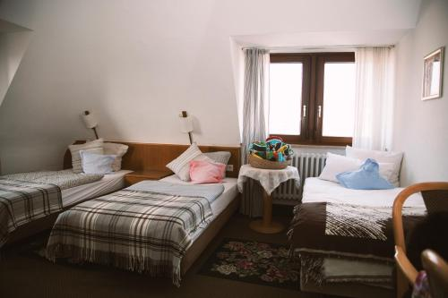 A bed or beds in a room at Hotel Barbarossa Garni