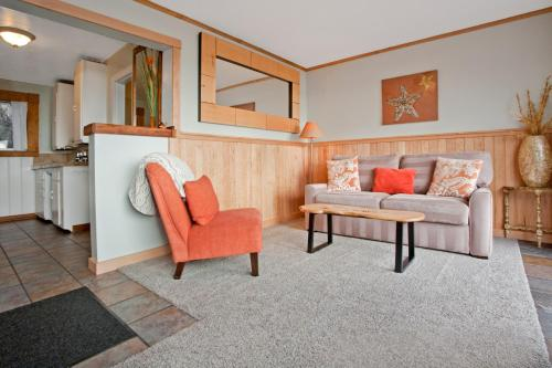 A seating area at Agate Beach Motel