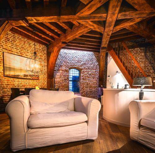 A seating area at De Gevangentoren Suite