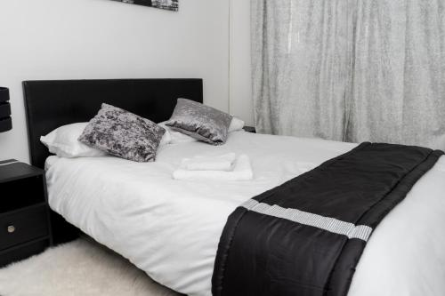 A bed or beds in a room at Hullidays - Hymers Apartment