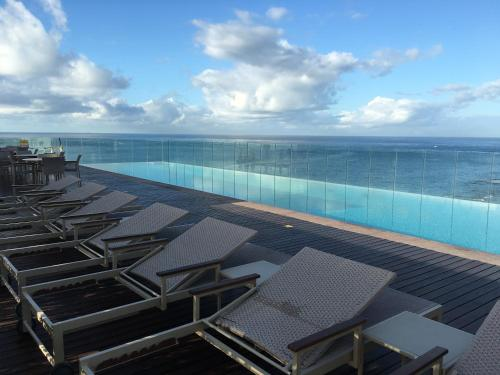 The swimming pool at or close to Expresso 2222