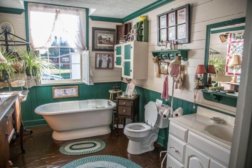 A bathroom at Whistle Stop Inn Cabin