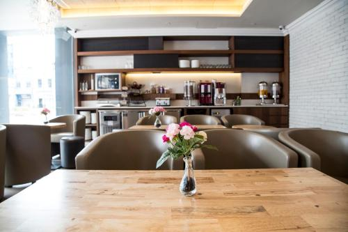 The lounge or bar area at Hotel Bencoolen @ Hong Kong Street (SG Clean, Staycation Approved)