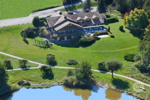 """Vue panoramique sur l'établissement L'ancolie """"Chalet Du Lac"""""""