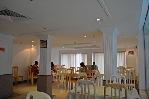A restaurant or other place to eat at Queens Hotel