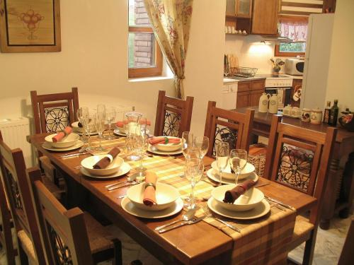 A restaurant or other place to eat at Castle Cottage Bed & Breakfast