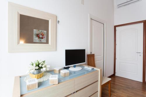 A television and/or entertainment center at B&B Ortigia Bedda