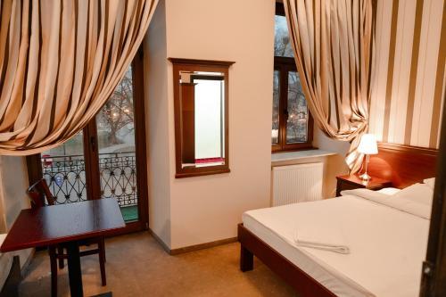 Łóżko lub łóżka w pokoju w obiekcie Rynek 6 retro pub & hostel
